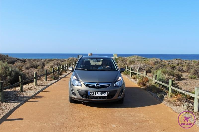 Homem motorista viajando de carro para Cabo de Gata.