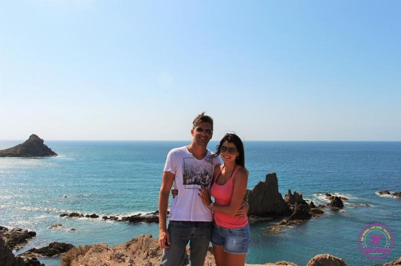 Casal de viajantes posando em frente ao mar de Cabo de Gata.