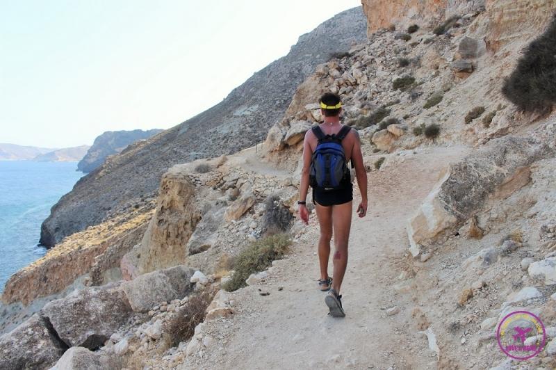 Homem fazendo trilha no Parque Natural Cabo de Gata-Níjar.