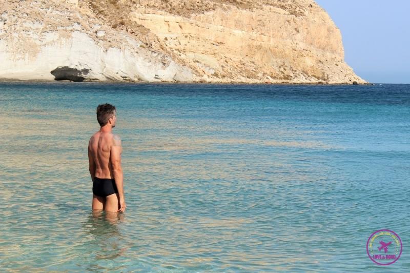 Homem observando o mar de Cala San Pedro, no Cabo de Gata.