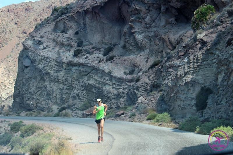 Homem correndo na estrada do Cabo de Gata.