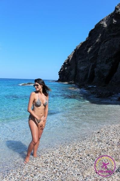 Mulher de biquíni em praia do Cabo de Gata.