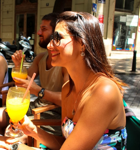 How much does it cost to travel in Spain? Choose local drinks and food, a good way to save money and enjoy the local culture!