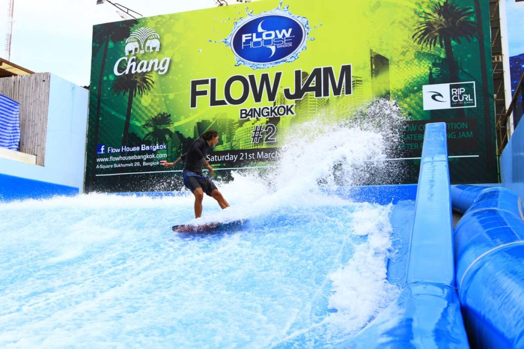 I´m sure you never thought about this, but one of the most exciting and cool things to do in Bangkok is to surf a static wave in the middle of the town!