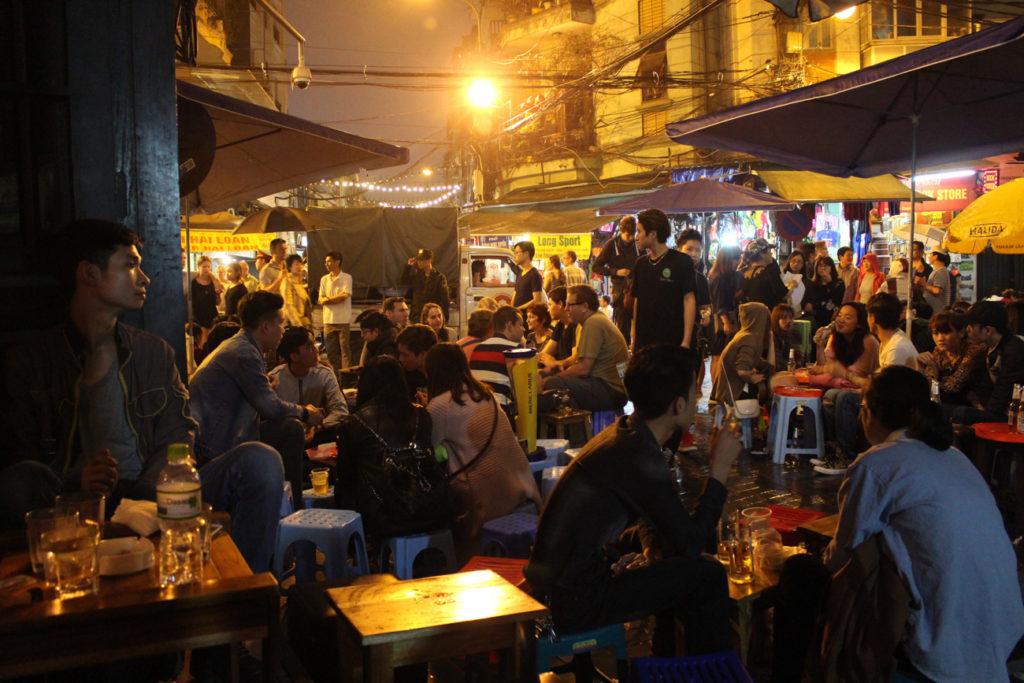 O que fazer em Hanói durante a noite? Sente-se nas ruas do centro velho e saborei a tradicional Bia Hoi.