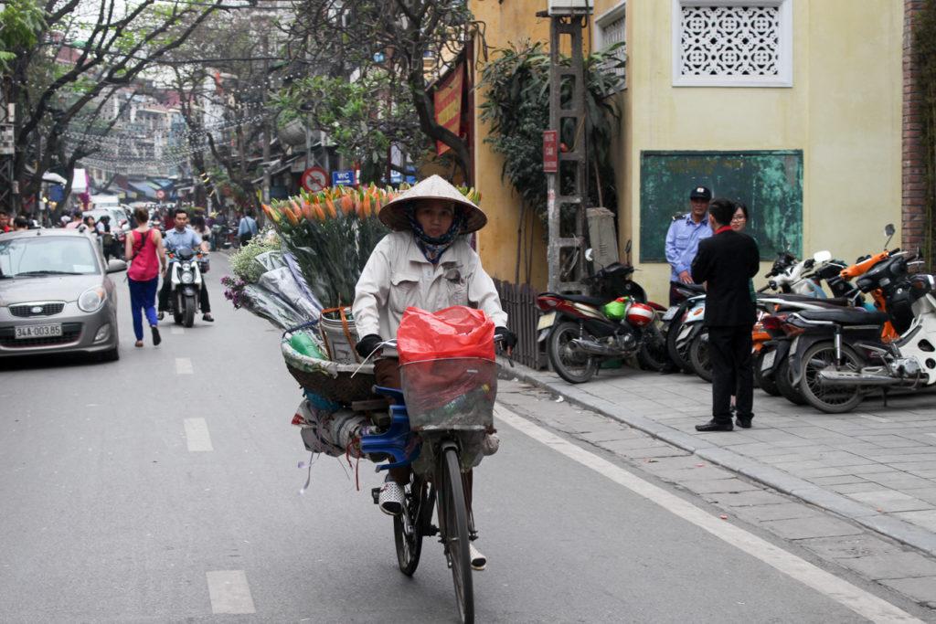 Quando estiver caminhando pela cidade e procurando o que fazer em Hanói preste atenção nas mulheres vendendo flores de bicicleta, é muito bonito!