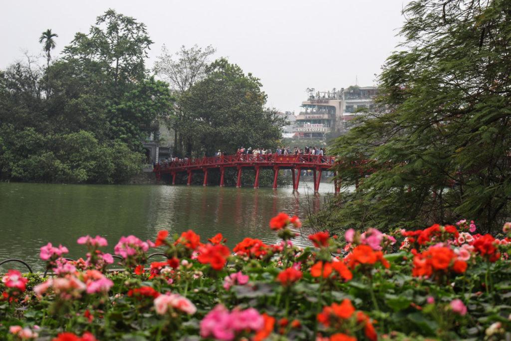 Passear pelos lagos da cidades é uma das atrações mais famosas de Hanói. E você poe fazer de um jeito diferente, siga as nossas dicas do que fazer em Hanói como um local!