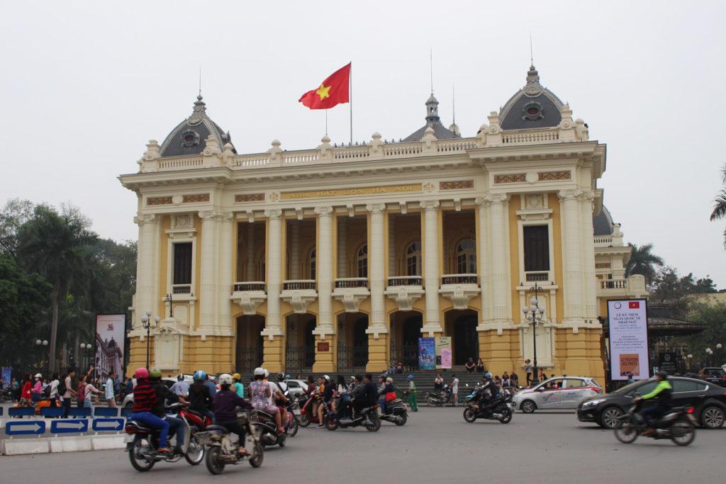 O que você não pode deixar de fazer em Hanói? Você deve visitar a Ópera que fica em um dos bairros mais chiques da cidade.