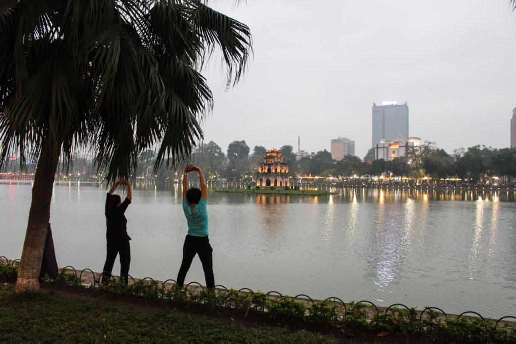 O que fazer em Hanói que não é turístico: Vá correr no lago, acorde cedo e faça amizade com os moradores.