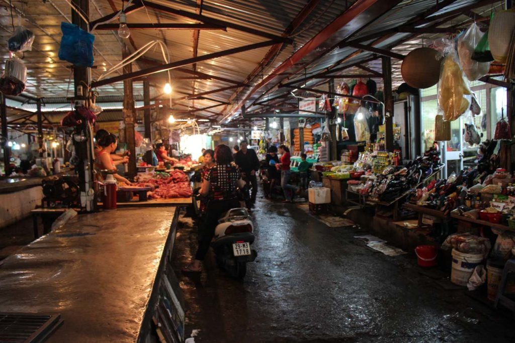 Don't leave the city without visiting a local fresh market. It's a must thing to do in Hanoi!