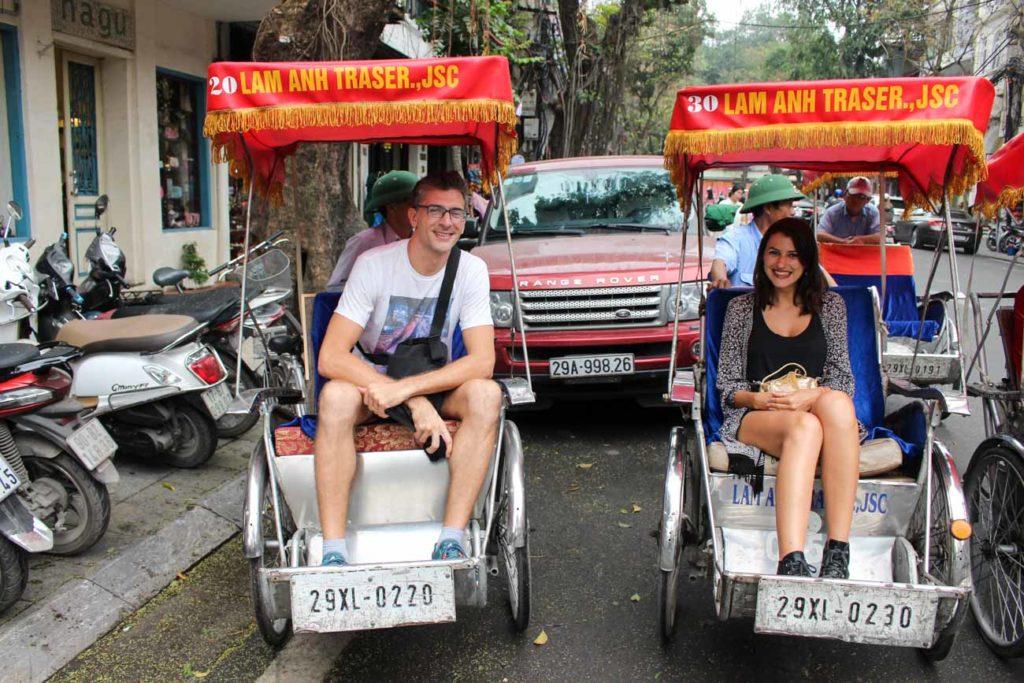 Para ir além dos pontos turísticos e descobrir o que fazer em Hanói como um local, embarcamos em um tour guiado, abordo de um rickshaw.