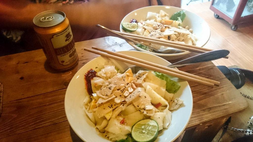 Uma pausa no passeio e na lista do que fazer em Hanói, sente-se e saborei um tradicional nooddle e cerveja local.
