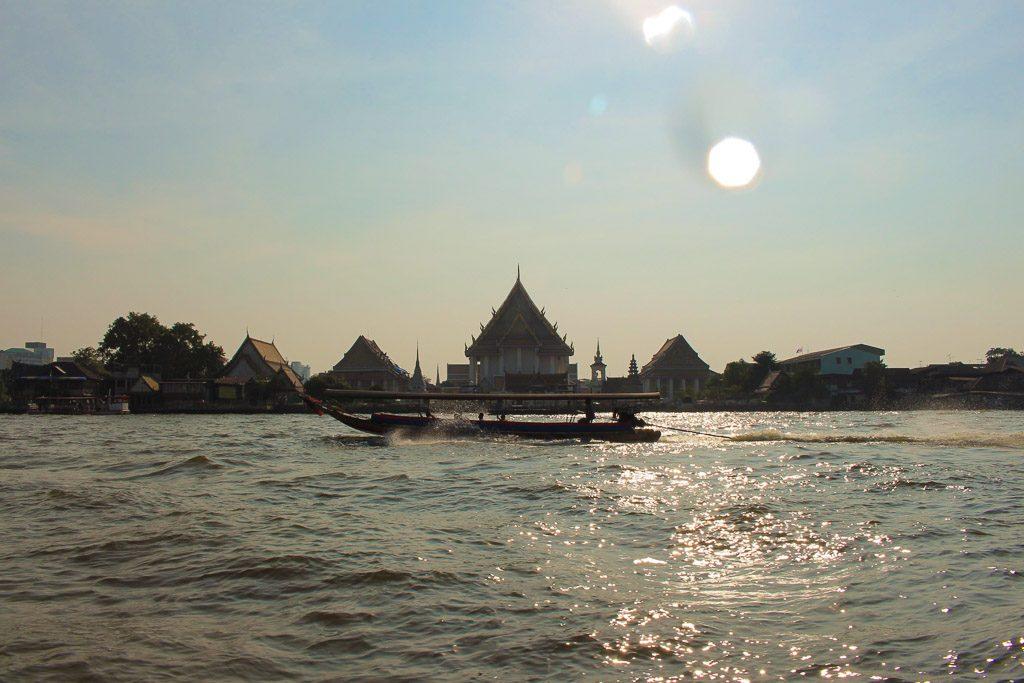 Um passeio de barco pelo Rio Chaophraya, em Bangkok, é obrigatório quando se trata de coisas românticas para fazer na capital da Tailândia.