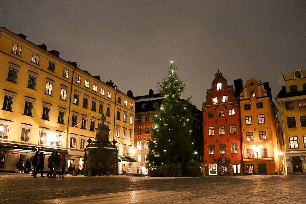 O bairro Gamla Stan é um dos melhores lugares para ficar em Estocolmo, Suécia.