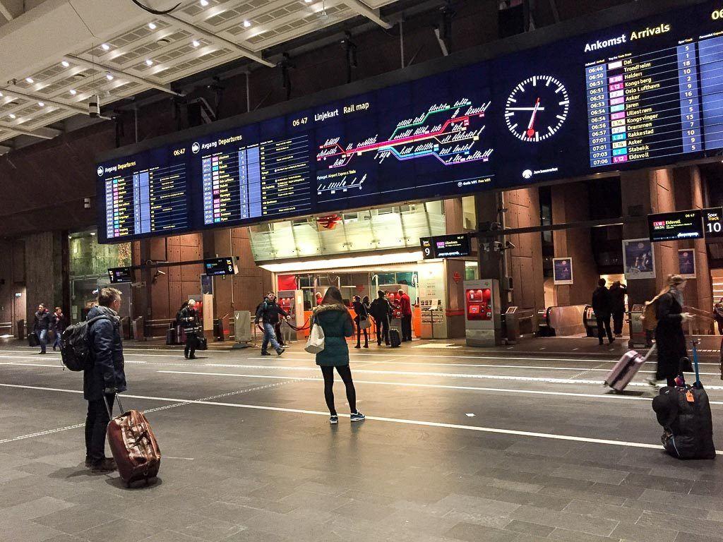 Para fazer as reservas de assento ou cabine você só precisa ir até a estação de trem das cidades, é super fácil. Viajamos toda a Escandinávia e fizemos reservas com no máximo 2 dias de antecedência.