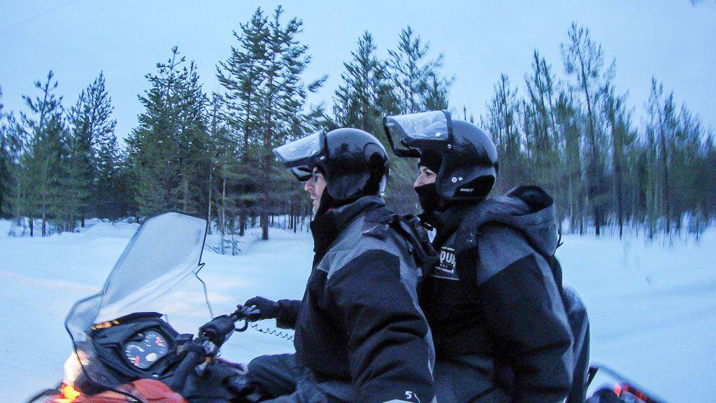 Na lista do que fazer em Rovaniemi não pode faltar um passeio de snowmobile. Aventura e Adrenalina no meio da neve.
