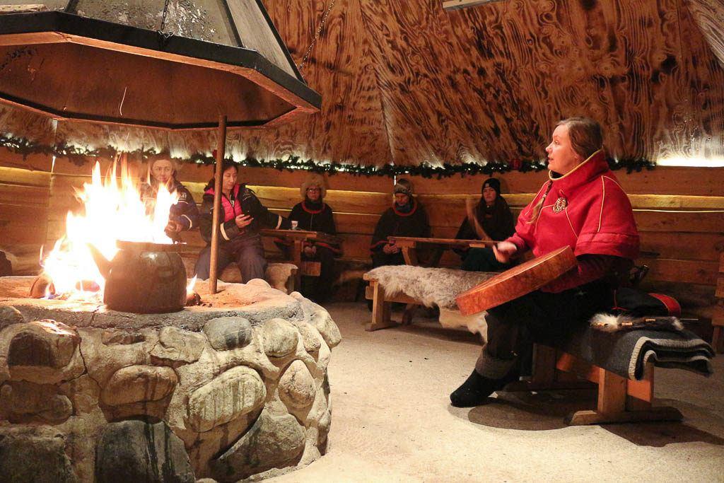 Reserve um passeio em Rovaniemi que te leve até a fazenda de renas e onde você possa conhecer um pouco da cultura Sami e as tradições do povo que vive no Polo Norte.