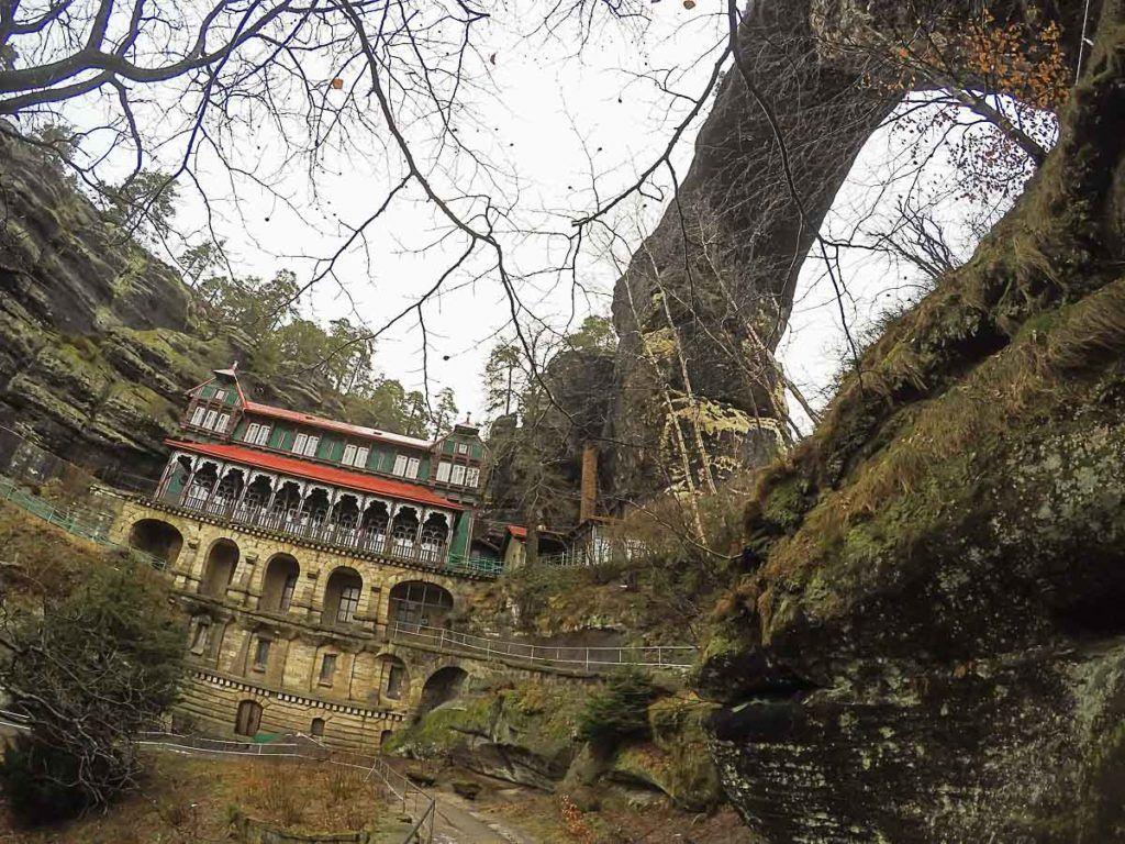 A principal atração do parque Boêmia Suíça é a Porta Pravčická, um arco natural de pedra que é o maior da Europa.