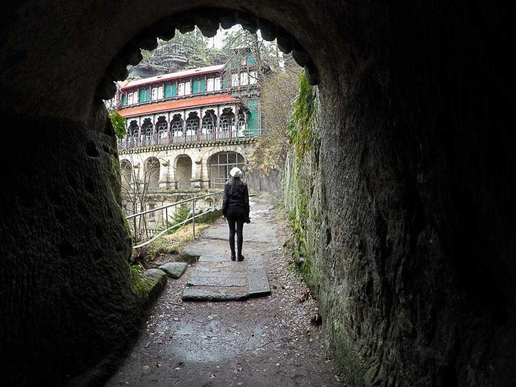 Ao lado da Porta Pravčická fica um castelo do século 19. Esse pedaço do parque Boêmia Suíça parece um conto de fadas.