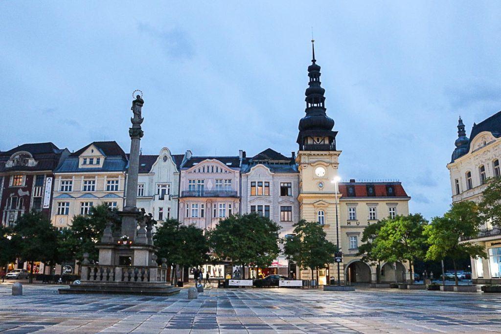 O que fazer em Ostrava durante a noite? Vá passear no centro histórico e aprecie os antigos prédio da Praça Masaryk.