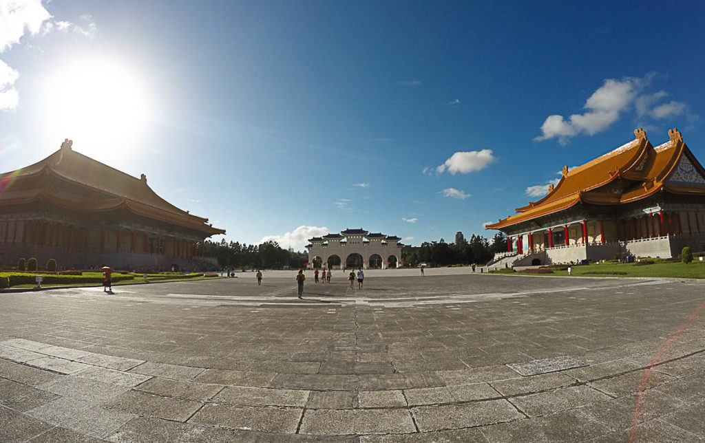 The park of the Chiang Kai-shek is huge and beautiful, no doubt it's one of Taipei top attractions.