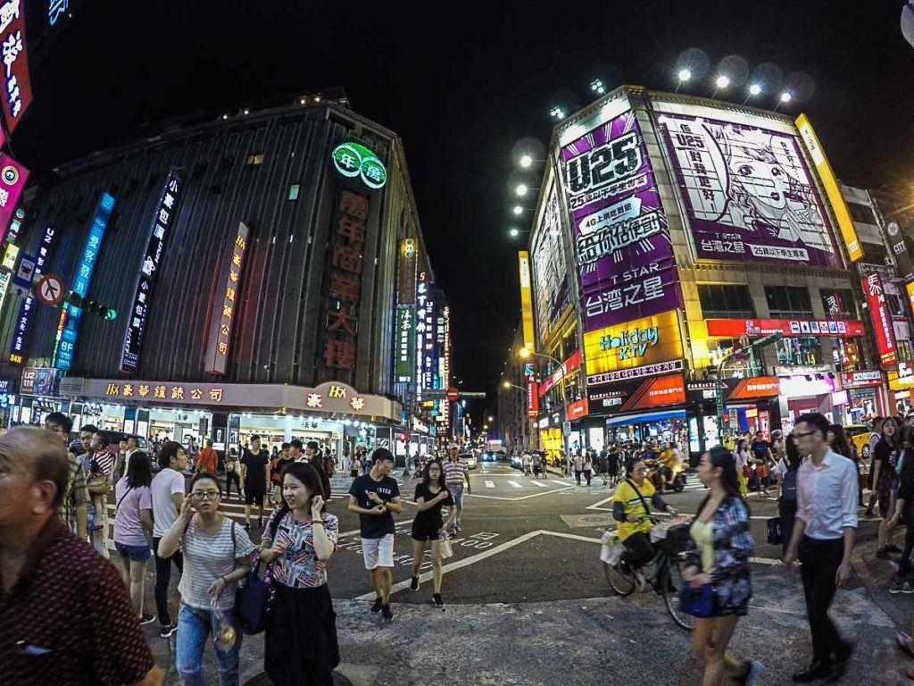 Visite o distrito de Ximending para compras, comida de rua e diversão. Um dos melhores lugares para ficar em Taipei e que não pode faltar no seu roteiro.
