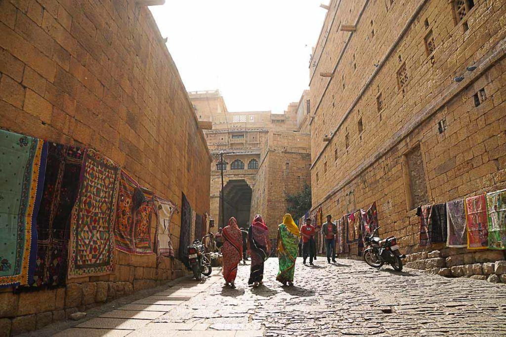 O Forte de Jaisalmer é lindo demais, muitas pessoas que viajam para a Índia não vão lá porque é muito longe. Mas com o trem Palace on Wheels fica fácil e rápido visitar a cidade do deserto.