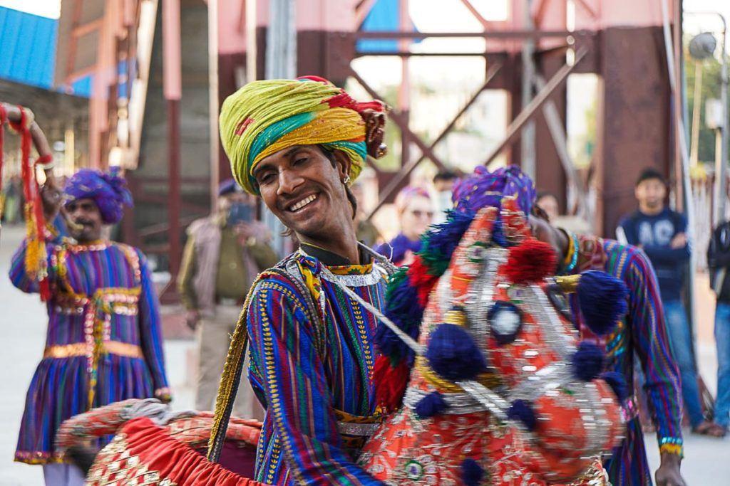 Em todas as estações de trem fomos recebidos com música e dança, uma festa digna de um trem de luxo na Índia.