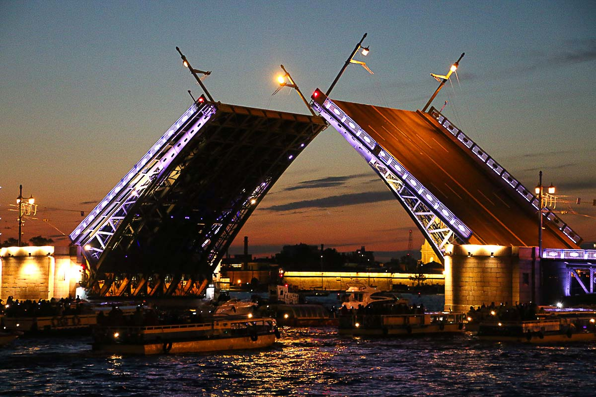 The open of the bridges is one of the top things to do in Saint Petersburg White Nights, it's a magical spectacle.