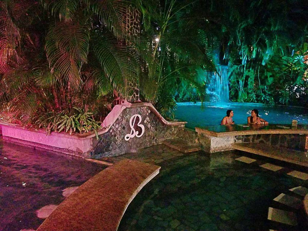 Se você deseja uma estadia relaxante, reserve seu hotel em Arenal perto de uma fonte termal.