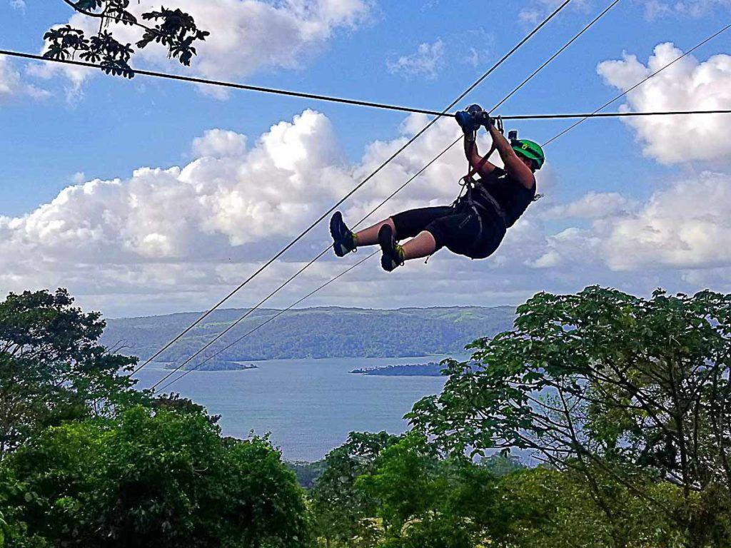 Polo da eco-aventura, fazer tirolesa é uma das principais coisas a fazer quando você viaja para Arenal, Costa Rica.
