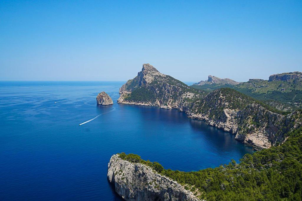 A bootcamp in Spain is perfect for people who love nature, warm weather and stunning nature. Mallorca is the perfect destination for a fitness holiday in Europe.