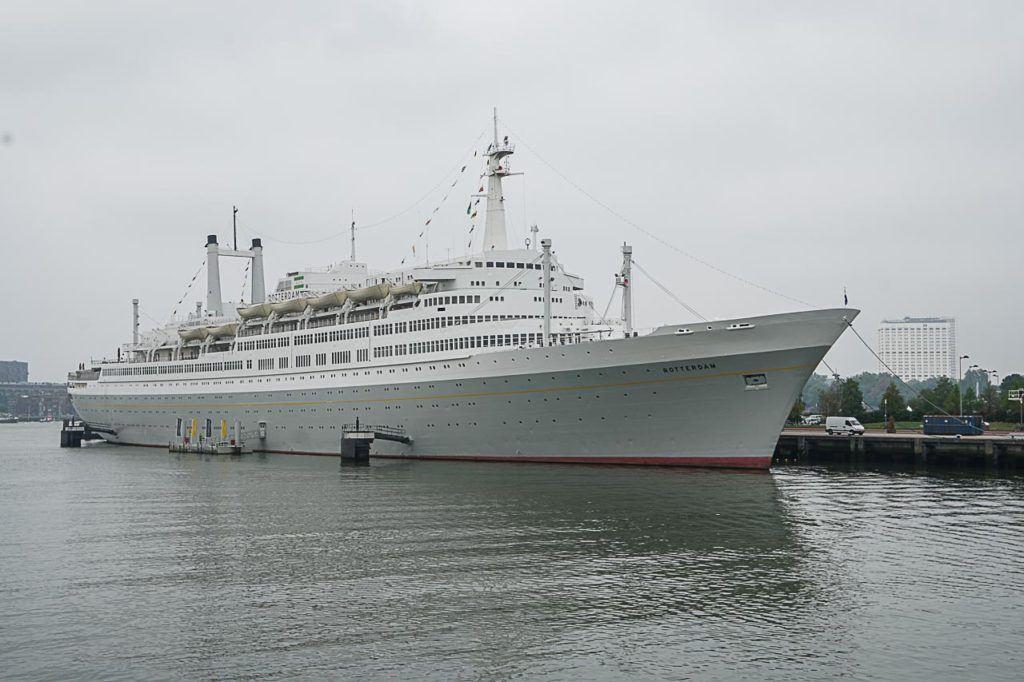 O SS Rotterdam é uma das principais atrações de Rotterdam e você pode vê-lo da água durante um passeio de barco.