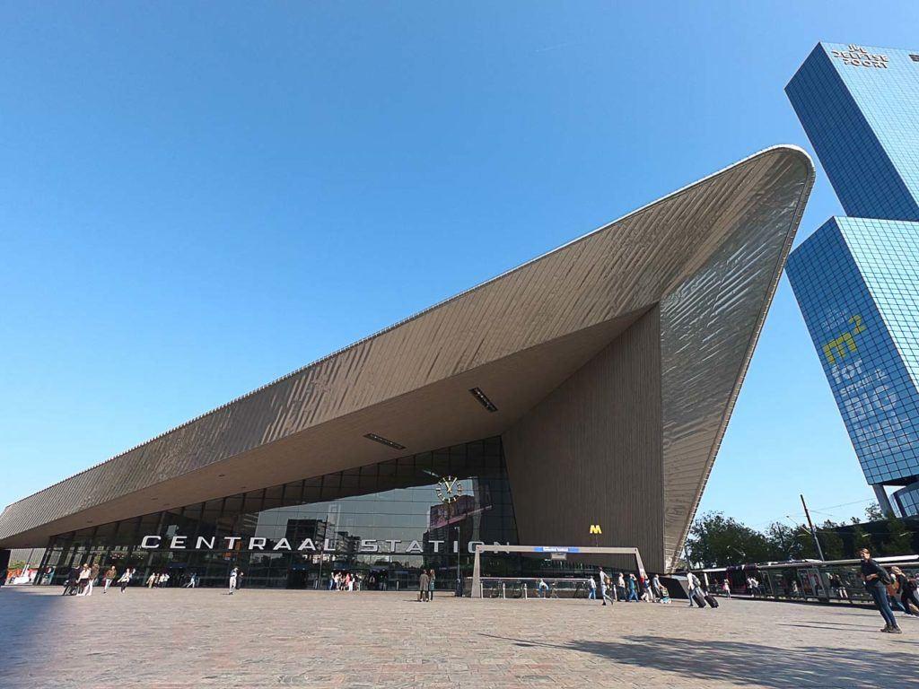 Sem dúvida um dos melhores lugares para se ficar em Rotterdam é perto da Estação Central. Há vários hotéis por lá, desde 5 estrelas até hostels.