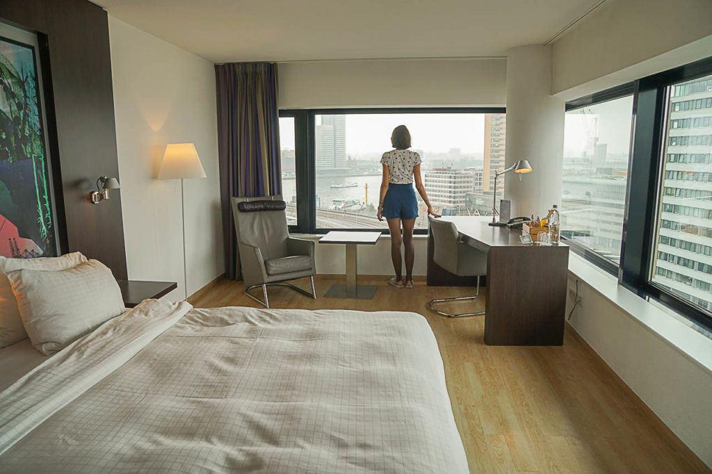 Nós ficamos no Inntel Hotel Rotterdam Centre e amamos! A localização é excelente e o quarto tem uma das melhores vistas da cidade.