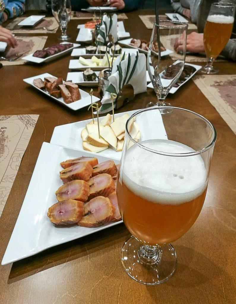 Em Belokuhika visitamos uma cervejaria local para experimentar cerveja e queijo Siberiano.