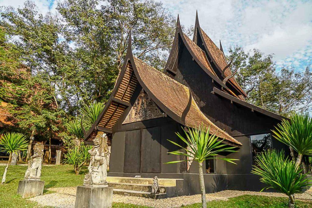 A Casa Preta de Chiang Rai ou Baan Dam reune artefatos interessantes e macabros.