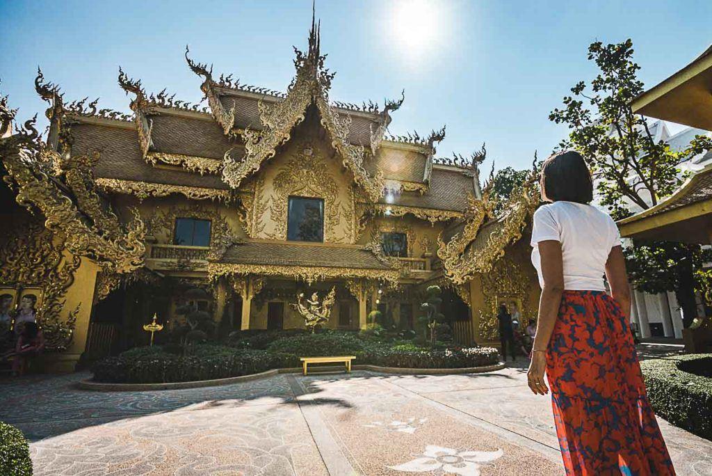 Ao visitar o Templo Branco em Chiang Rai, não se esqueça de dar uma olhada no Banheiro Dourado que mais parece um templo ou um palácio.