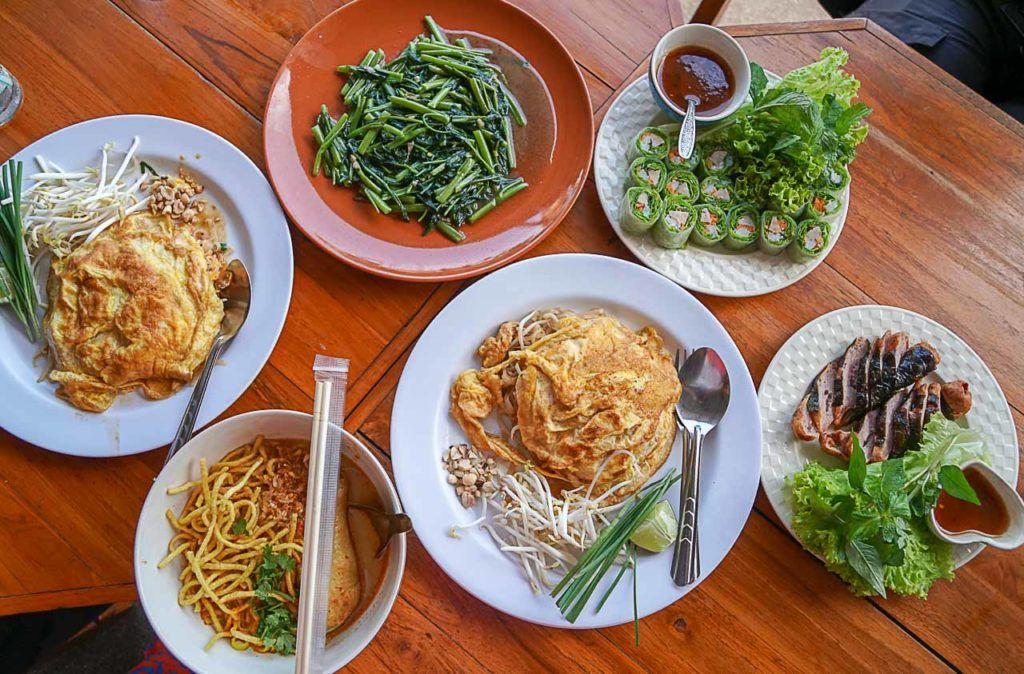 Nessa viagem de um dia a Chiang Rai, eu comi a melhor sopa Khao Soi da minha vida.