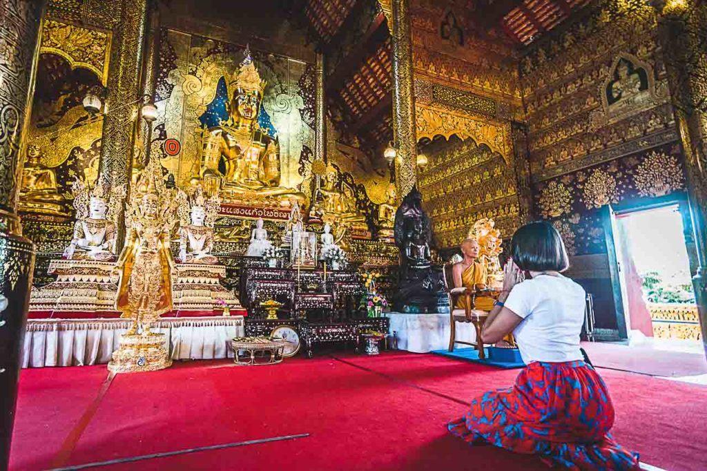 No Wat Sang Kaew Phothiyan, o guia explicou como orar dem um templo budista e fui abençoada por um monge.