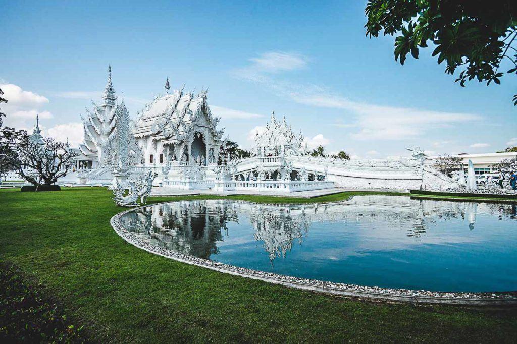 O templo branco de Chiang Rai é tão bonito que mais parece com uma pintura.