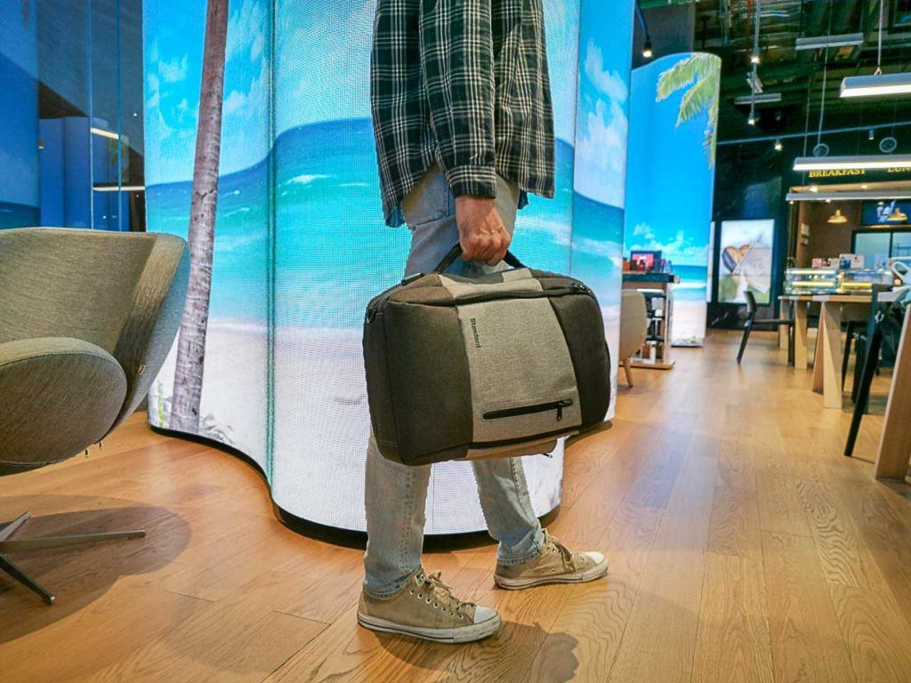 O legal dessa mochila para o dia a dia e viagem é que você pode carrega-la de 3 formas, como mochila, pasta de documentos ou bolsa carteiro.