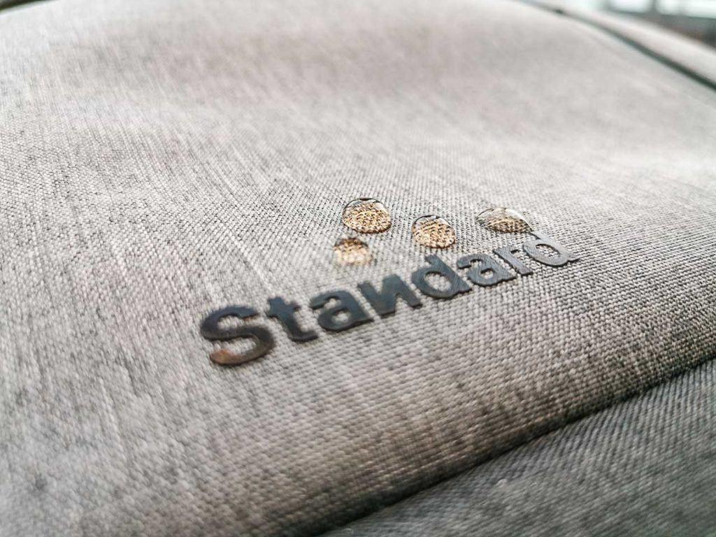 A mochila da Standard Luggage é resistente a água, fácil de limpar e ainda vem com uma capa de chuva.