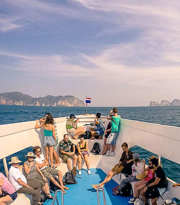 pessoas viajando de barco para Koh Phi Phi