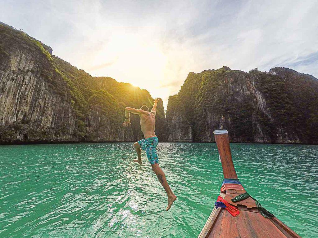 homem que faz salto para mergulho em Phi Phi