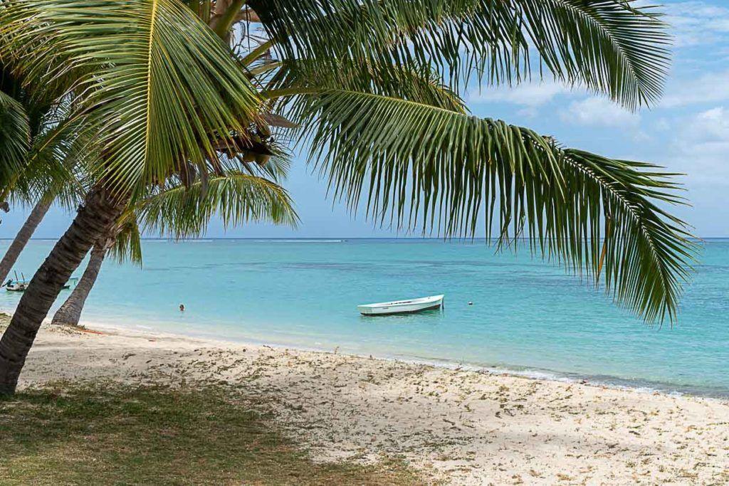 Foto de praia das Ilhas Maurício com águas cristalinas e areia branca.