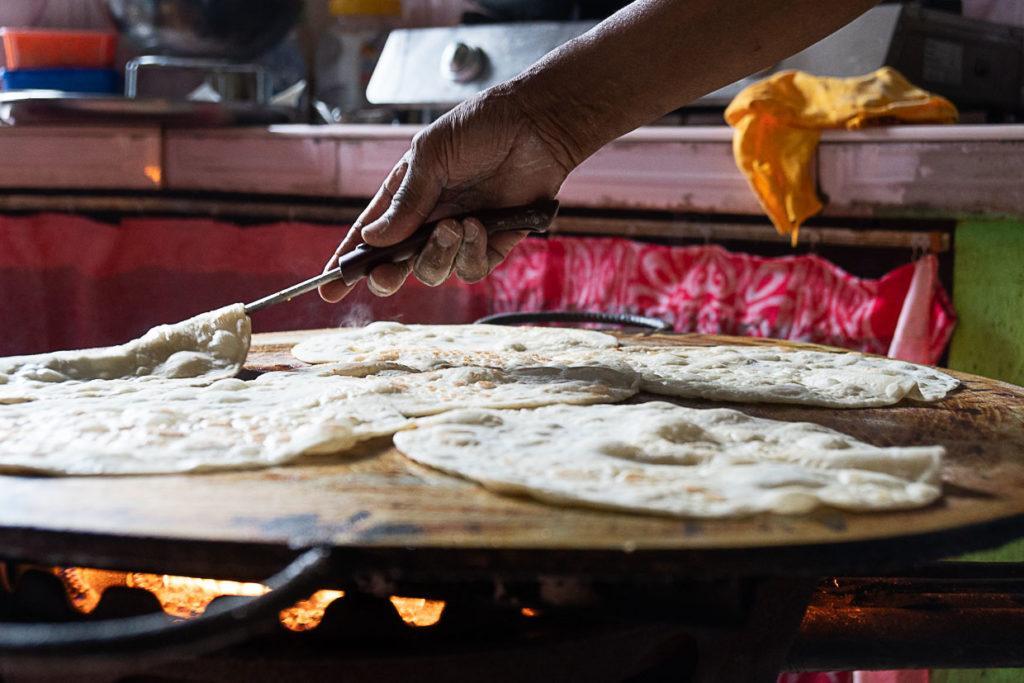 Comida tradicional das Ilhas Maurício, isso é um chapati sendo cozinhado.