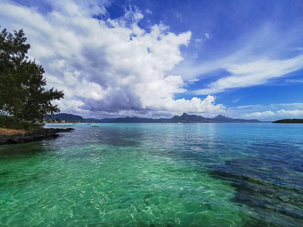 Mais fotos da água clara e céu azul nas Ilhas Maurício.