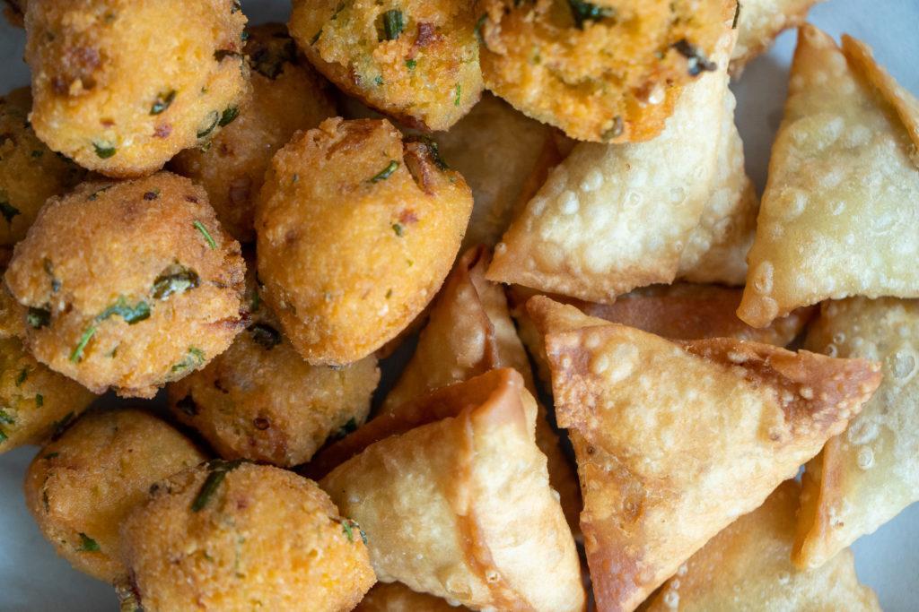 Comida indiana com chamuças e bolinhos de chilli recém cozidos.