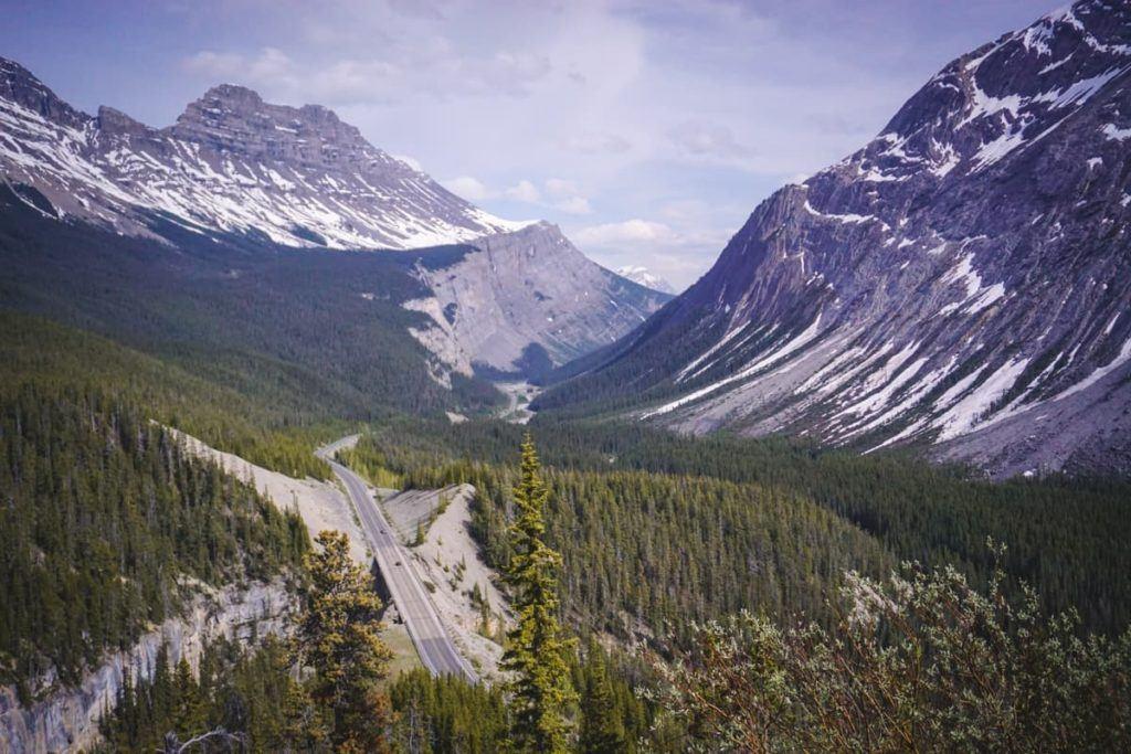 Uma estrada cênica nas Montanhas Rochosas Canadenses.
